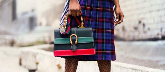 Photo d'une femme portant un sac à main original