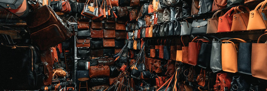 Plein de sacs à main rangés parfaitement
